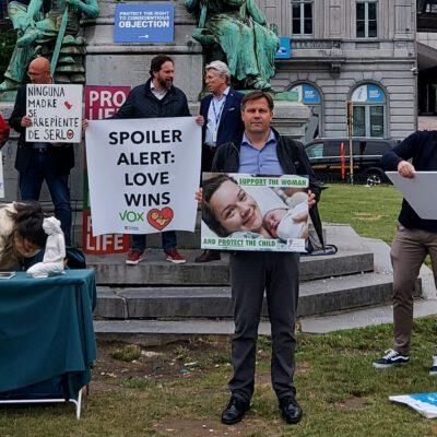 Auch Vertreter von Ärzte für das Leben e.V. (vorne mit Plakat) waren am 23.06.21 in Brüssel beim Protest gegen den Matic-Bericht
